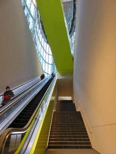 新16番出入口の内部。エスカレータやエレベータは2階まで通じている。