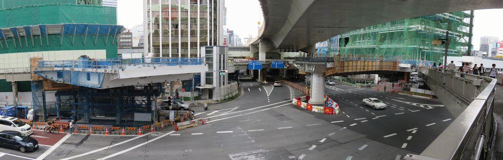 渋谷警察署前交差点で進行中の歩道橋架け替え工事。新16番出入口や渋谷スクランブルスクエアと接続され空中回廊となる。