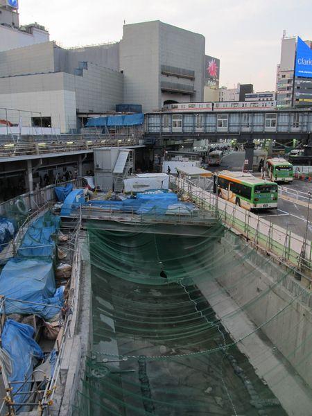 新流路への切替工事に伴い、旧流路が姿を現した渋谷川。