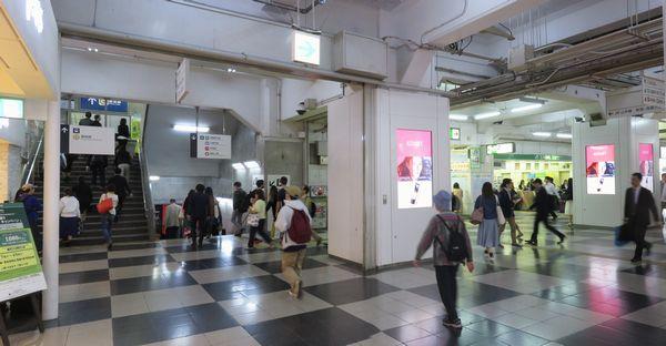東急百貨店東横店西館2階の駅コンコース。左の階段を上ると銀座線ホーム、右奥に行くとJR山手線玉川改札。