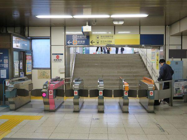 JR中央改札正面にある銀座線降車専用改札口。山手線の線路真上にあるため、エレベータなどが設置されていない。