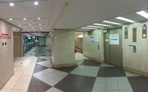 車椅子やベビーカーで銀座線渋谷駅に降車する場合、東急百貨店店内のエレベータで地上へ降りることになる。