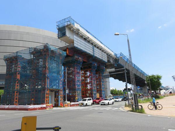 新豊洲変電所前で架設中の橋桁。