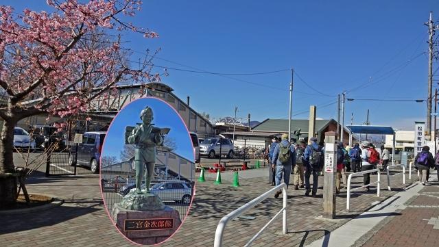 3JR松田駅北口と二宮金次郎像