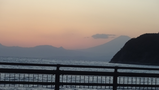 9夕暮れの富士山と箱根の山並み