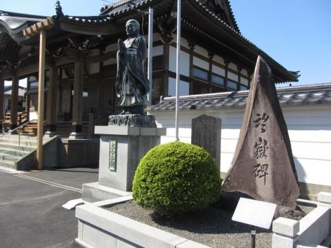 立圓寺本堂と望嶽碑