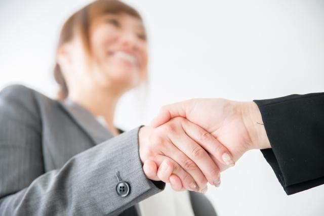 握手 ビジネスマン 女性 決定