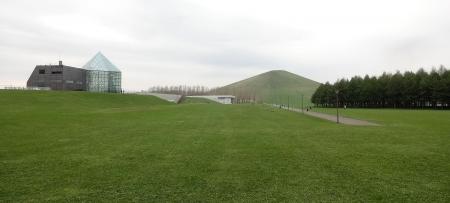 サクラの森近くから見たモエレ山、ガラスのピラミッド