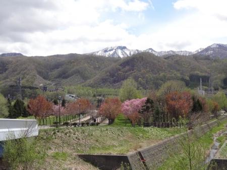 中央の星流橋から見た桜モール・手稲山方向