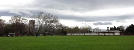 芝生広場からリリートレインの駅、サイロ展望台方向