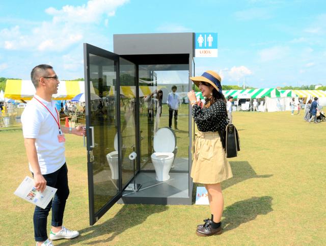 【画像】便座に座ると、360度丸見え シースルートイレが万博記念公園に設置される