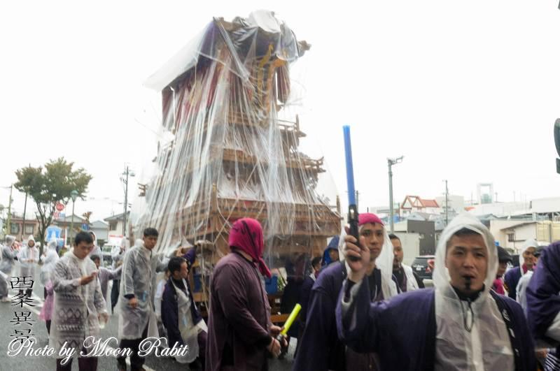 雨中の統一運行 市塚だんじり(屋台)