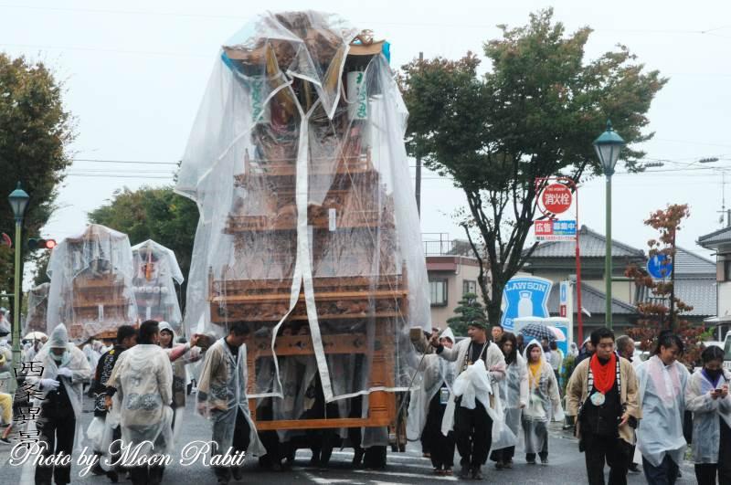 雨中の統一運行 若草町だんじり(屋台)
