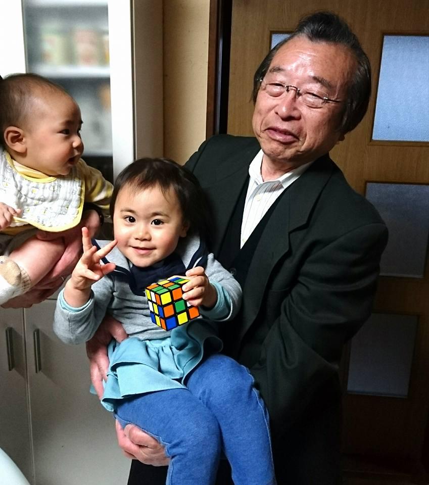 【孫を抱いて、ホッと一息】-1