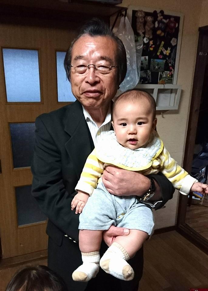 【孫を抱いて、ホッと一息】-2